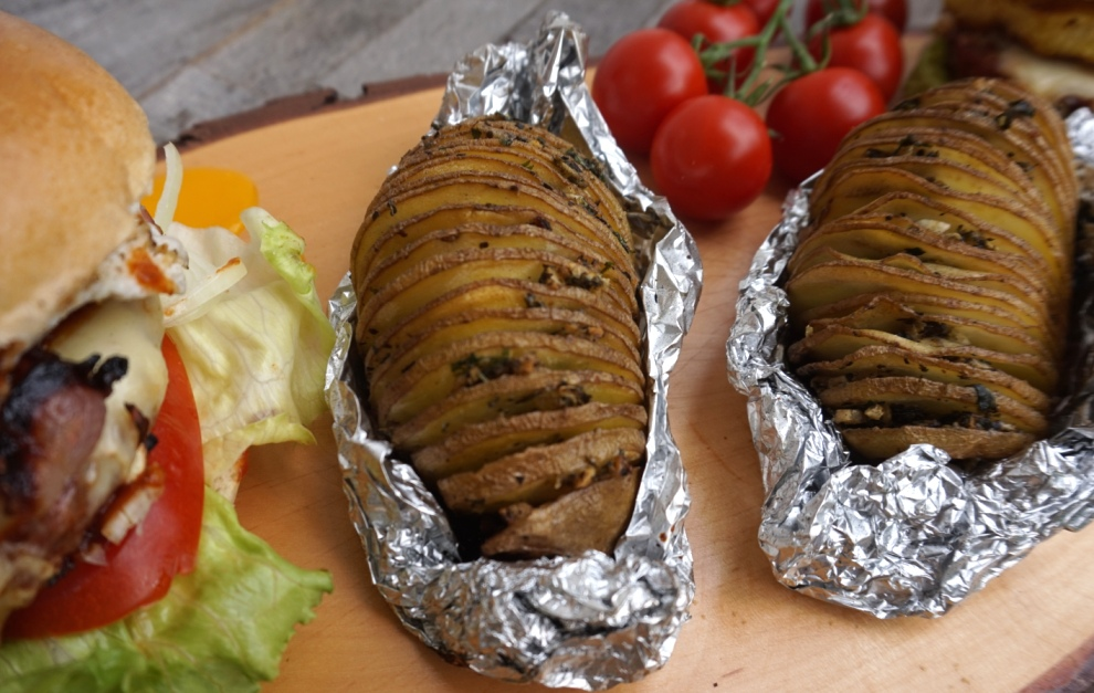 Kräuterfächerkartoffeln zum Grillen, Burger und Barbecue